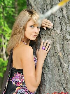 Девушка - красавица разделась в лесу