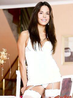 Молодая брюнетка в белом белье