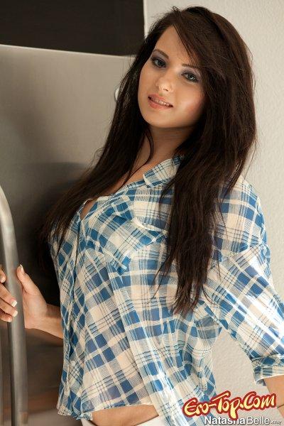 Natasha Belle в рубашке