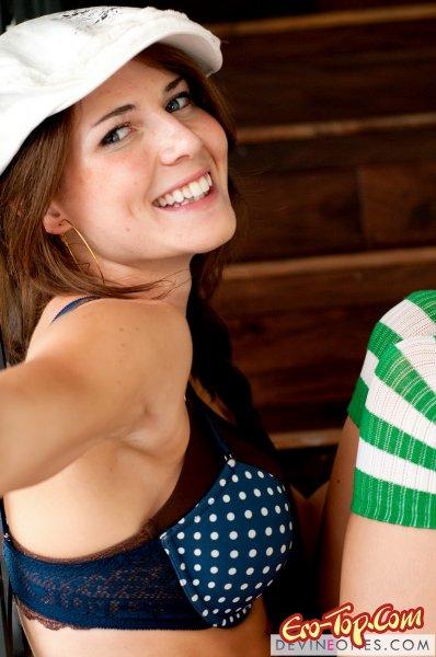 Jenni Lee голая в зелёных гольфах