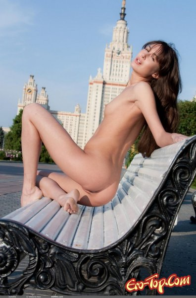 Голая девушка на лавочке у здания МГУ. Смотреть фото.
