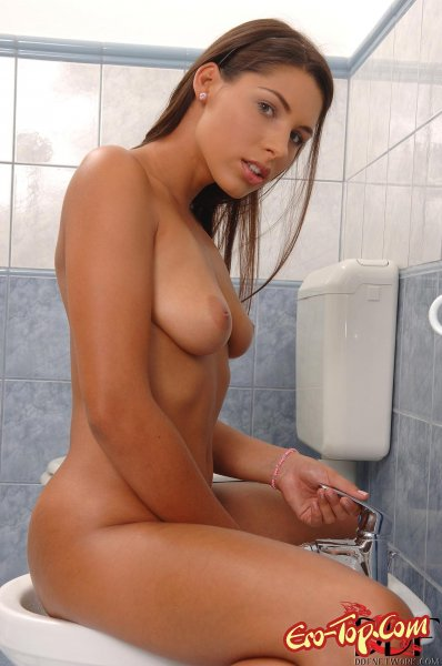 Девушка моет и ласкает киску в ванной