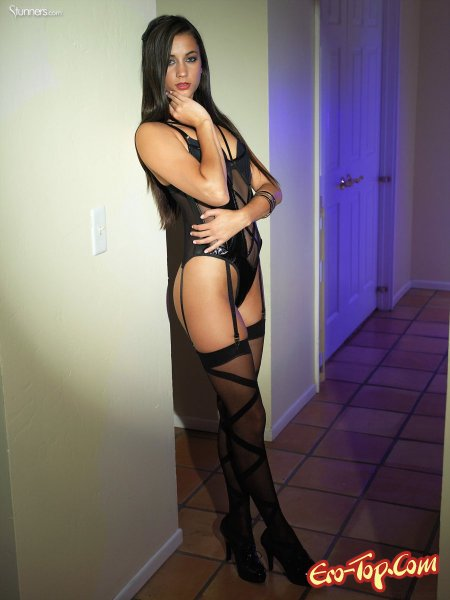 Georgia Jones в сексуальном чёрном белье