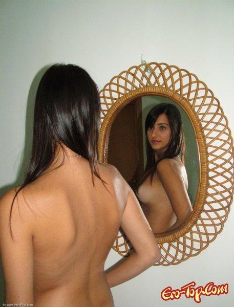 Домашние фото сексуальной брюнетки.