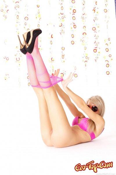 Блондинка в розовых чулках и на шпильках